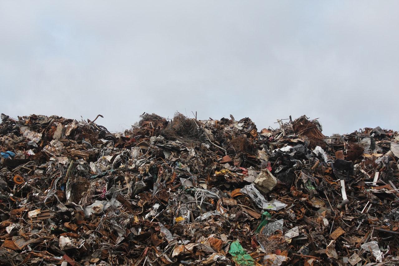 Søppeldynge full av plast